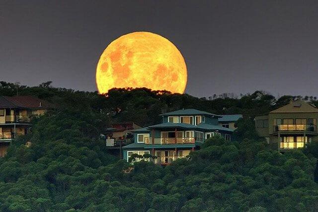 Гагра луна встает из-за гор