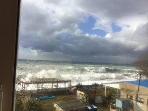 Абхазия частный сектор Гагра гостевой дом на берегу моря шторм