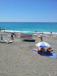 Дикарем на море отдых в Абхазии частный сектор эконом на пляже в Гаграх.